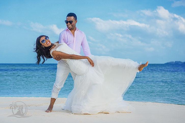 Fotograf Seychellen Hochzeit Brautpaar mt Sonnenbrille
