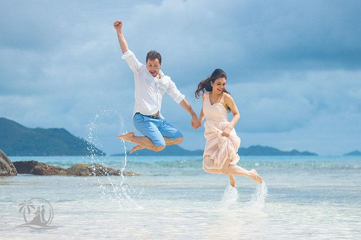 Fotograf Seychellen Hochzeit Brautpaar springt am Strand