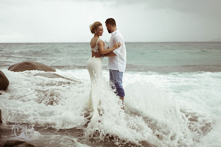 Fotograf Seychellen Hochzeit Brautpaar Welle