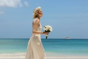Hochzeit auf Praslin braut am Strand