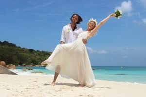 Hochzeit auf Praslin Brautpaar posing