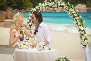 Hochzeit auf Praslin Brautpaar Hochzeitsdekoration