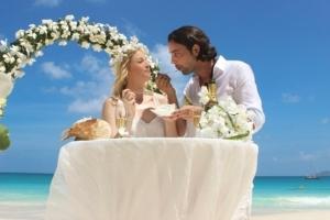 Hochzeit auf Praslin Brautpaar Hochzeitstorte