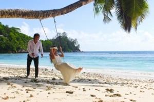 Hochzeit Baie Lazare Braut auf Schaukel