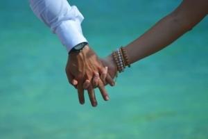 Hochzeit Baie Lazare Paar Hand in Hand