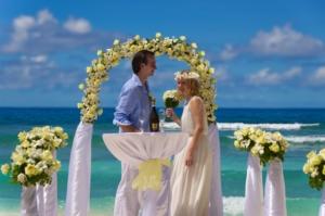 Hochzeit Silhouette Brautpaar am Hochzeitstisch