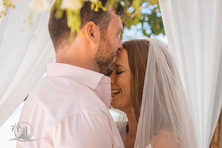 Seychellen Hochzeitsfotograf Brautpaar Zeremonie Braut in Tränen