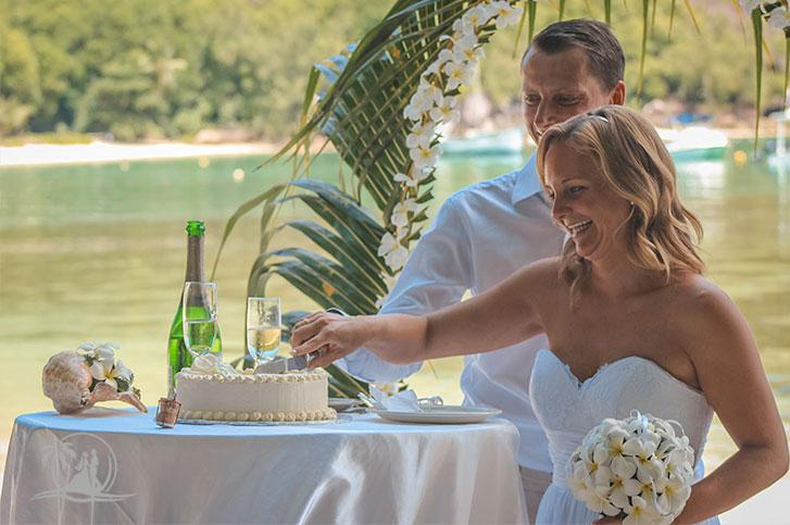 Seychellen Hochzeitsfotograf Brautpaar Zeremonie Torte anschneiden