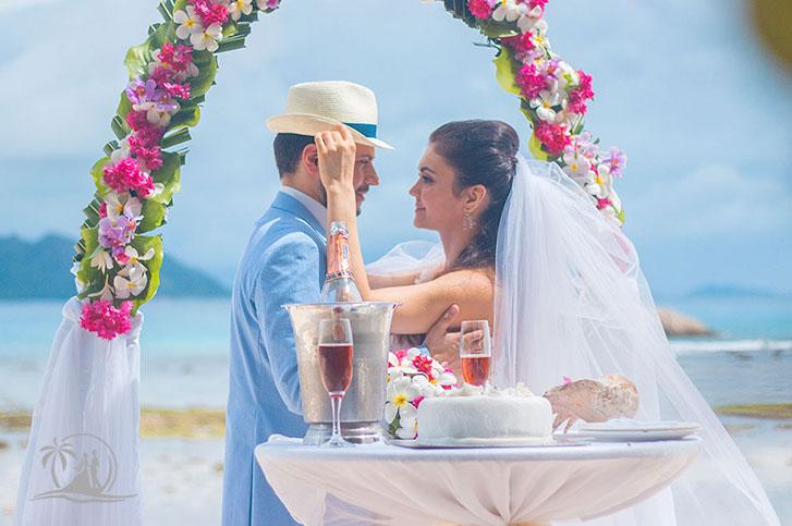Seychellen Hochzeitsfotograf Brautpaar Zeremonie am Strand