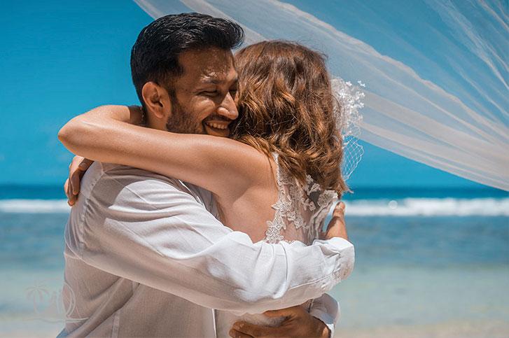 Seychellen Hochzeitsfotograf Brautpaar Zeremonie Umarmung