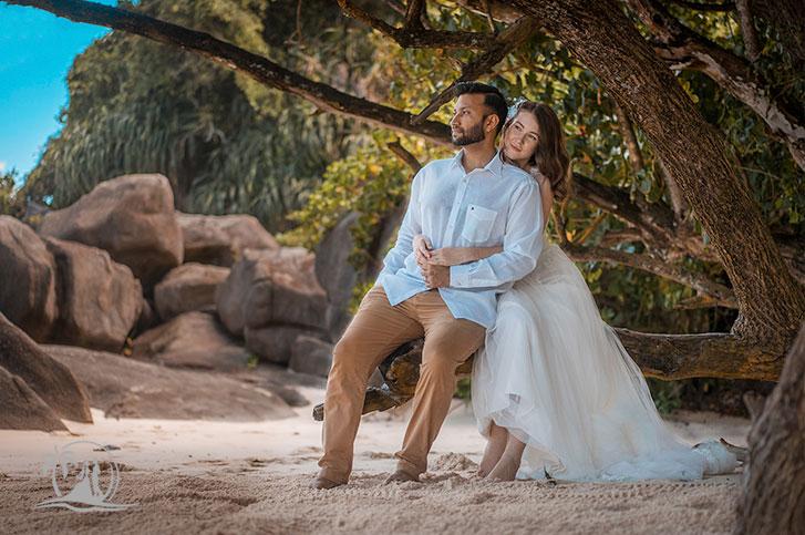 Braut und Bräutigam am Strand