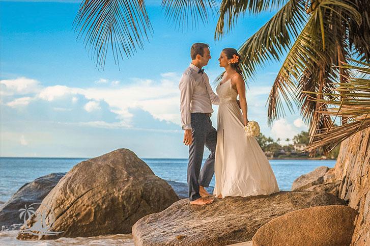 Braut und Bräutigam auf Felsen