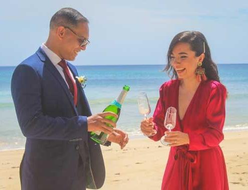 Zwei Herzen - Eheversprechen erneuern Ehepaar